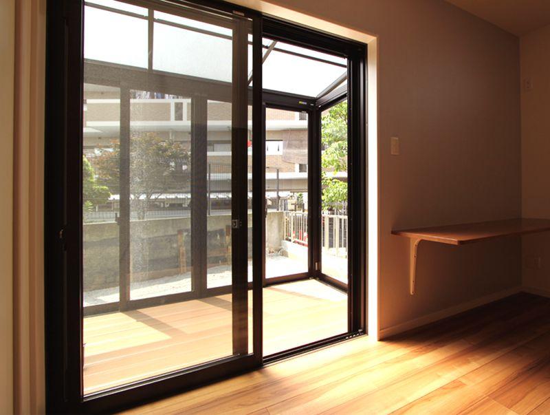 南面には全面ガラス貼りのサンルームを設置、多様な使い方ができます。
