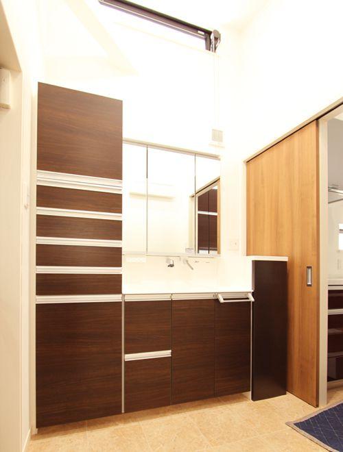 洗面所には収納力たっぷりのシステム化粧台や室内干し竿を設置。