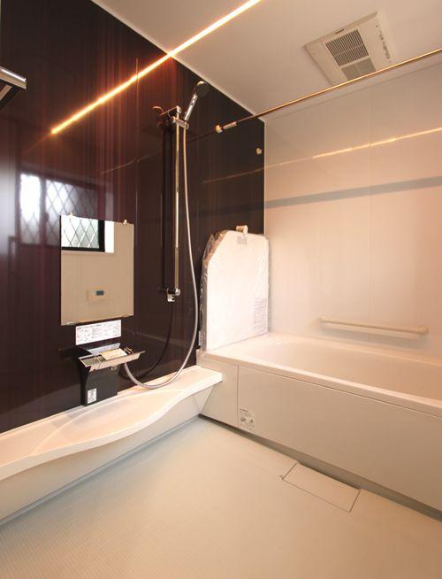 広々とした浴室にはワイドな洗面カウンターを設置。