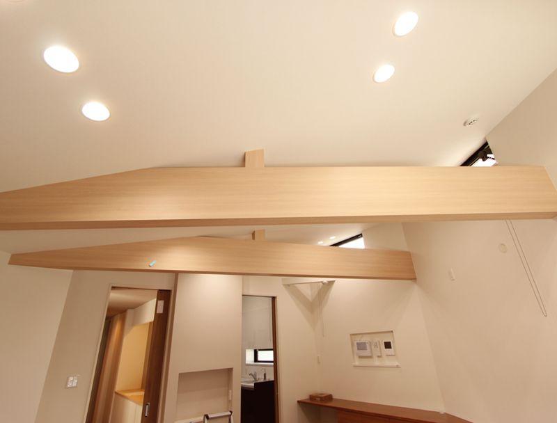 存在感のある勾配天井の化粧梁。