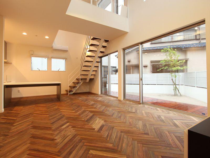 リビングルームの床は奥様念願の無垢材ヘリンボーン貼り。重厚感があって美しいですね。