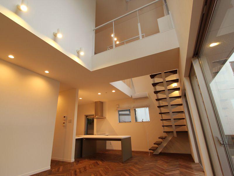 リビングダイニングの吹き抜けとストリップ階段・2階の渡り廊下が開放的な空間を演出しています。