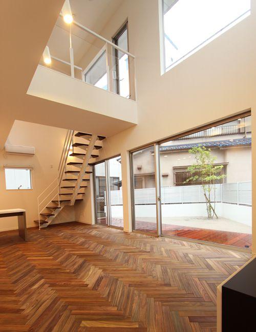 1階と2階に配置された大開放のサッシにより、明るい開放的なリビング空間を実現しました。