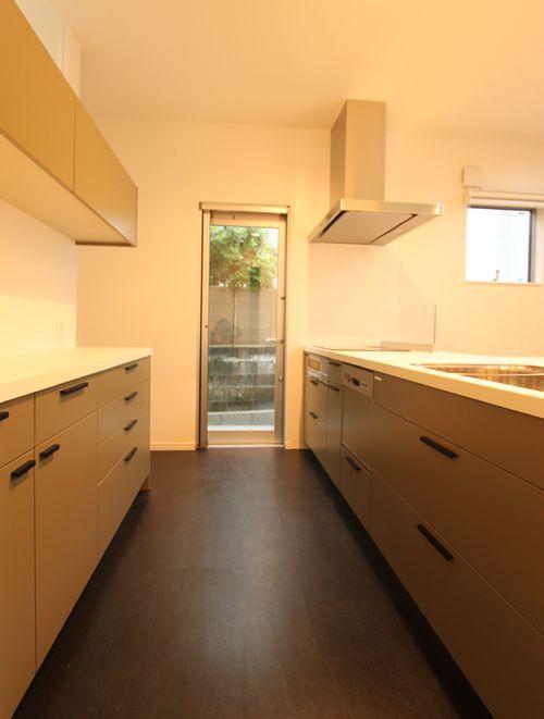 システムキッチンはこだわりの「キッチンハウス」。ちょっと和のテイストを醸し出す美しい色です。
