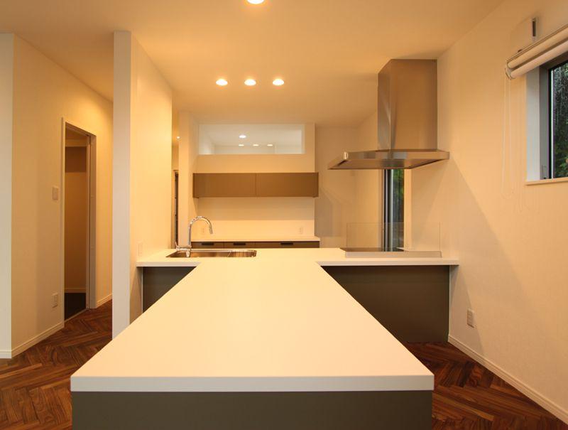 キッチンと一体型の造りつけダイニングテーブル。機能的でデザイン性も高い仕上がりになりました。