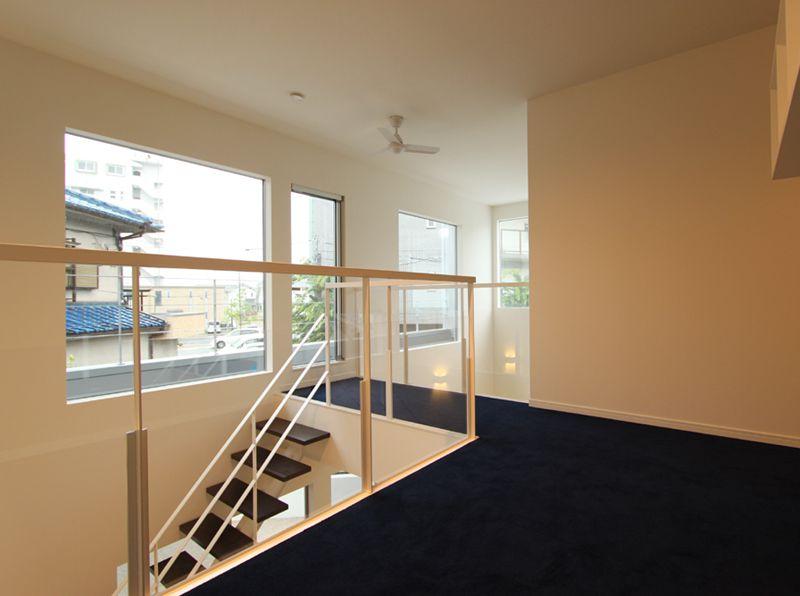 大型のサッシに囲まれた階段室、開放的でとても明るい空間になりました。