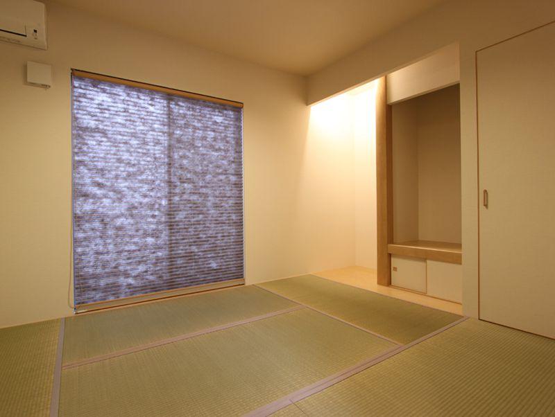 和室はシンプルな造りながら仏間を設置。さりげない間接照明がいい雰囲気を醸し出しています。