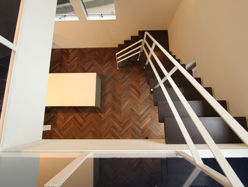 2階から1階へと続くストリップ階段。リビングダイニングのデザインアクセントにもなっています。