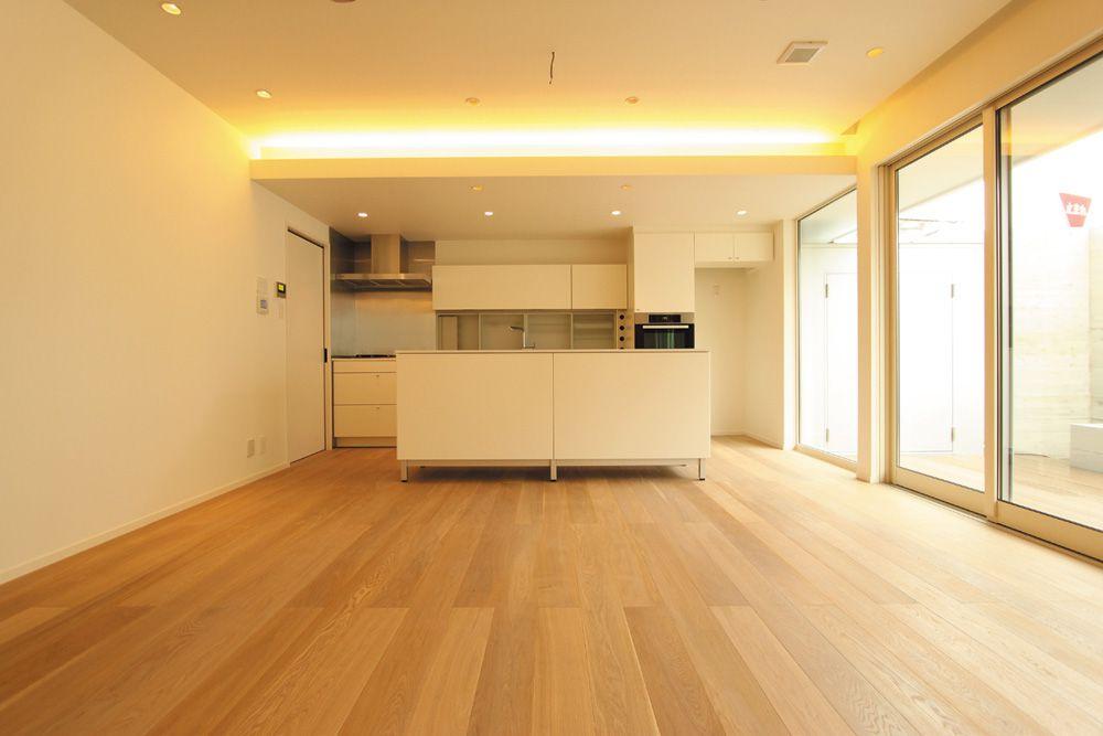 ナチュラルな床とアイボリー色の壁・キッチンが美しく調和してます。