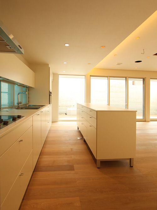 キッチンとリビングの間にはカウンターキャビネットを設置。ホームパーティーの時など、とっても便利です。