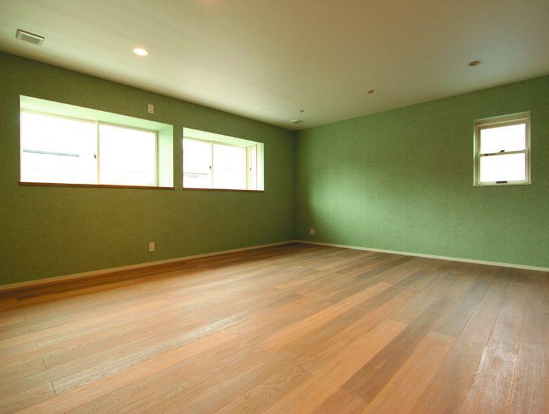 主寝室の壁はアースカラーのグリーンで。何となく心が落ち着きます。