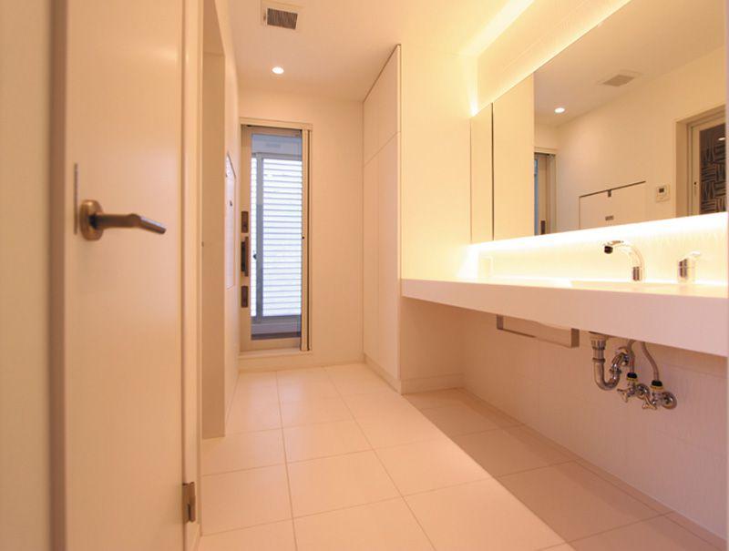 ランドリールームへの通じる洗面所は優しいアイボリー色でまとめました。