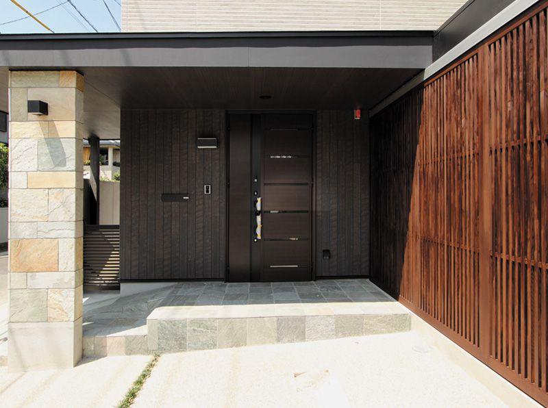 一部に自然石をあしらった玄関アプローチは風格のある雰囲気に仕上がりました。
