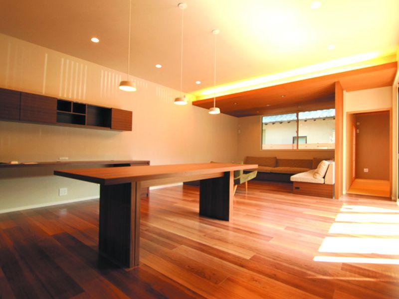 木の素材を活かした優しい雰囲気のリビングルーム。