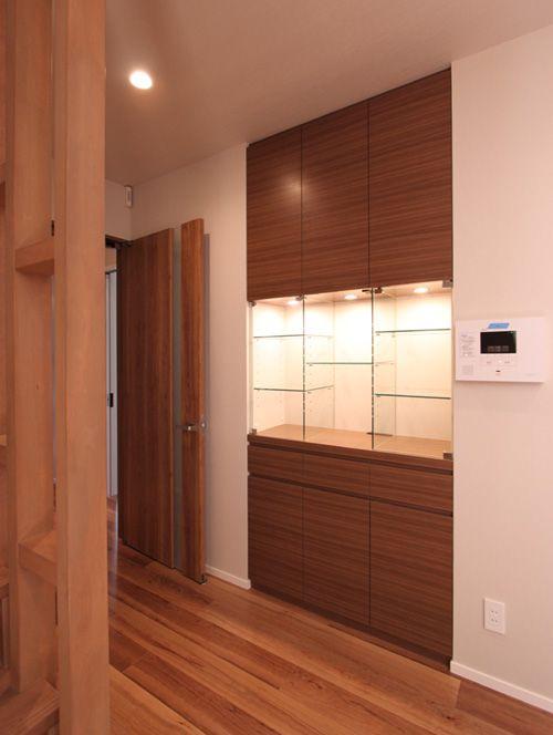 造りつけの家具にはガラス棚と照明を配して、存在感を持たせました。