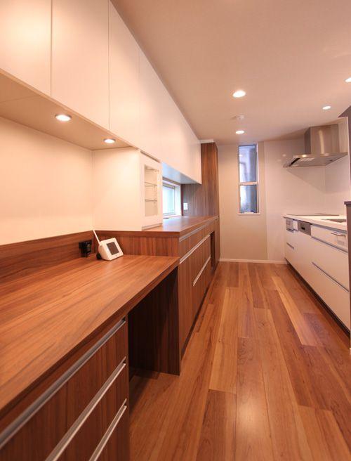 キッチンスペースには造り付けの食器棚と連動した家事カウンターを設置。