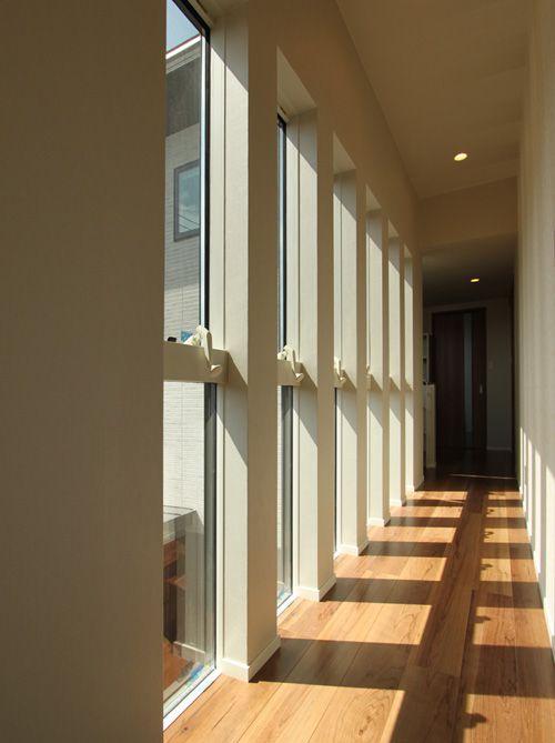 2階の廊下には回廊調のスリット窓を配し、変化に富んだ廊下に。