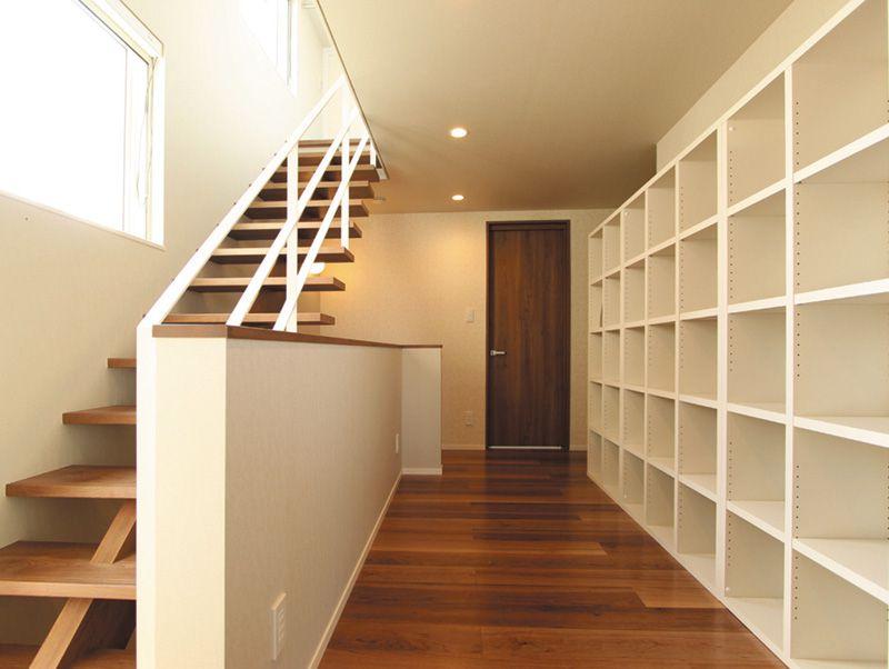 2階からロフトに通じる階段室の壁全面には造りつけの本棚を配しました。