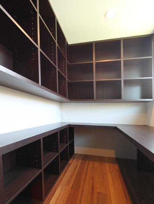ご主人のための書斎スペース。たくさんの書物を収納できます。