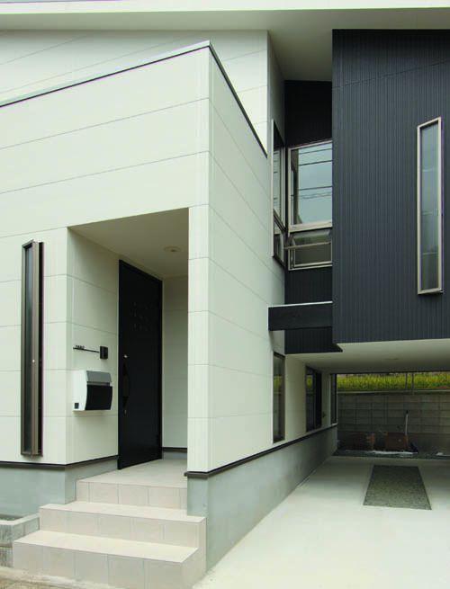 白と黒のコントラストが美しい玄関ファサード。