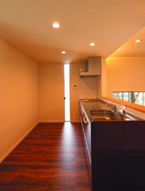 対面キッチンにはデザイン性の高いスリット窓を配しました。