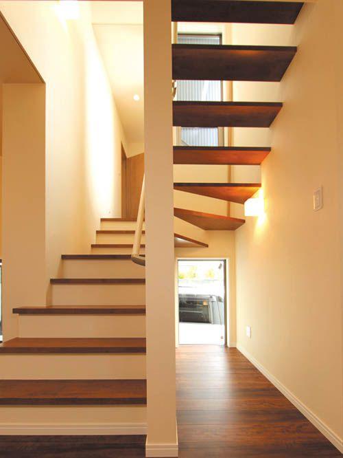 リビングから昇降する階段はストリップ階段とし、解放感を持たせました。