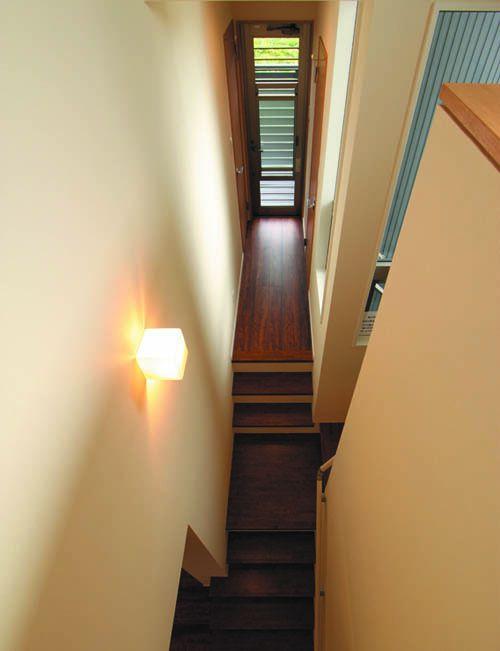 階段の中2階には洗面所とバルコニーへの動線を配しました。