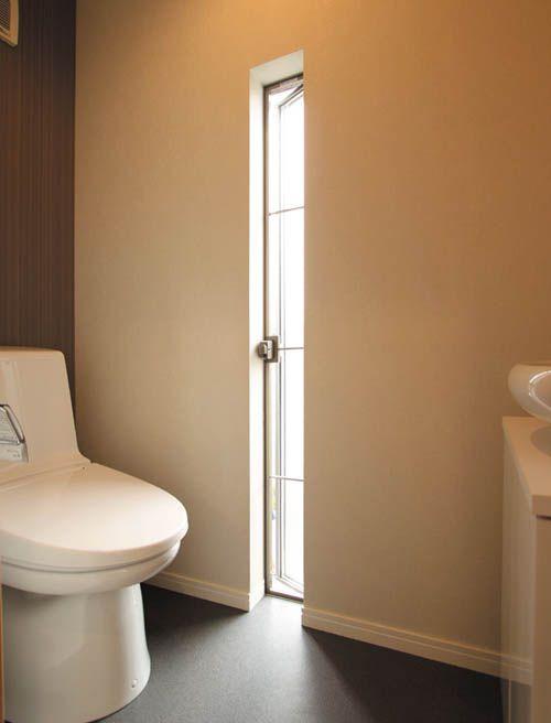 トイレには防犯性に優れたスリット窓を設け、デザイン性を高めました。