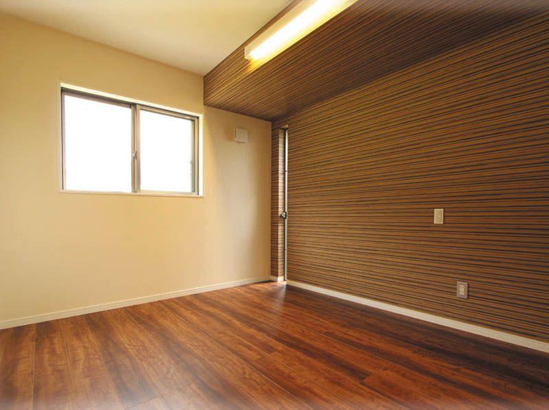 主審室は落ち着いた雰囲気の色合いとし、天井には間接照明を設けました。