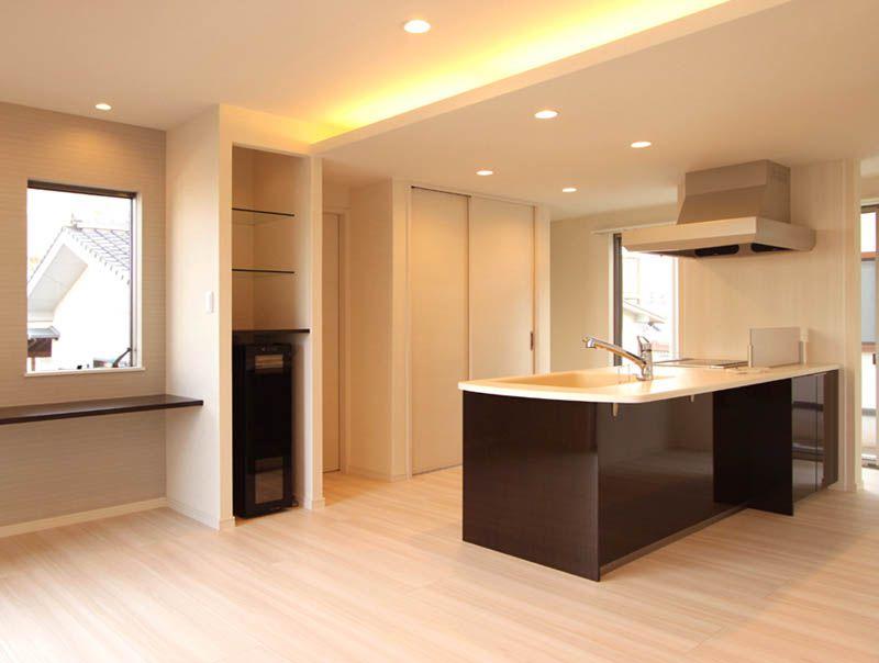 アイランドタイプのキッチンの奥には壁面食器棚とパントリーを、ダイニングにはワインセラーとパソコンカウンターを配置しました。