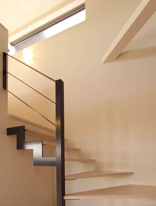 2階への階段は鉄骨階段としシンプルなデザインとしました。