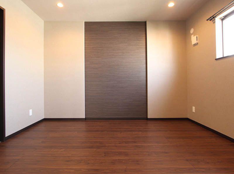 主寝室は落ち着いた色合いの雰囲気の色合いとし、大型のウォーインクローゼットを設けました。