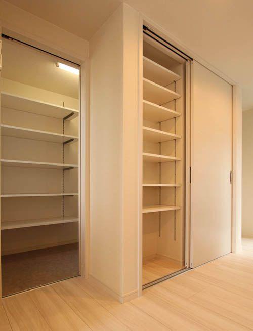 キッチンには壁面食器棚と大型のキッチンパントリーを配置。大量の食料品や食器、雑貨を収納できます。