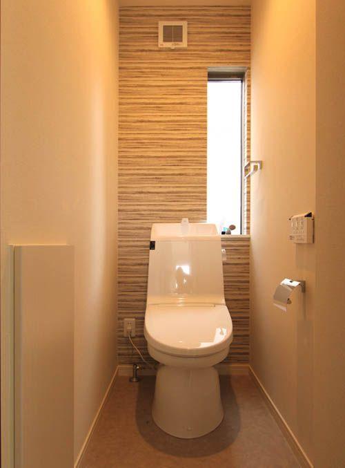 トイレでは1面にアクセントカラーを配し、エレガントな雰囲気を醸し出しています。