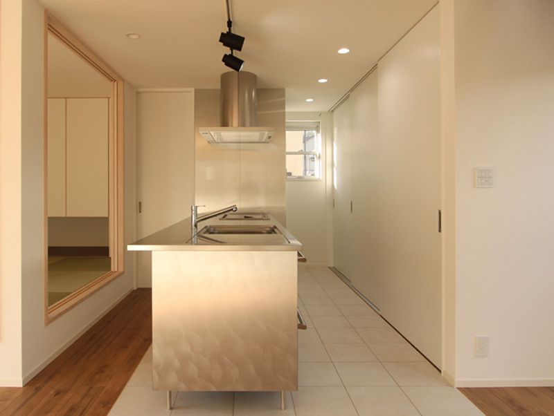 奥さまこだわりのキッチンはオールステンレス製のシャープなデザイン。子供たちが遊べる様に回遊性を持たせました。