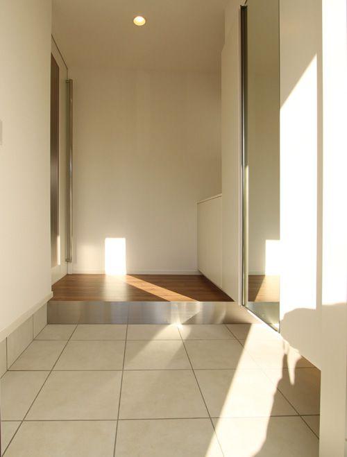 玄関はホワイトを基調とし、上り框にステンレスを使用してモダンな雰囲気を醸し出しています。