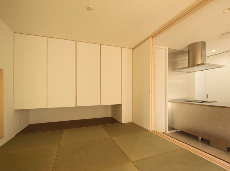 キッチン横の和室はモダンな雰囲気の意匠としました。