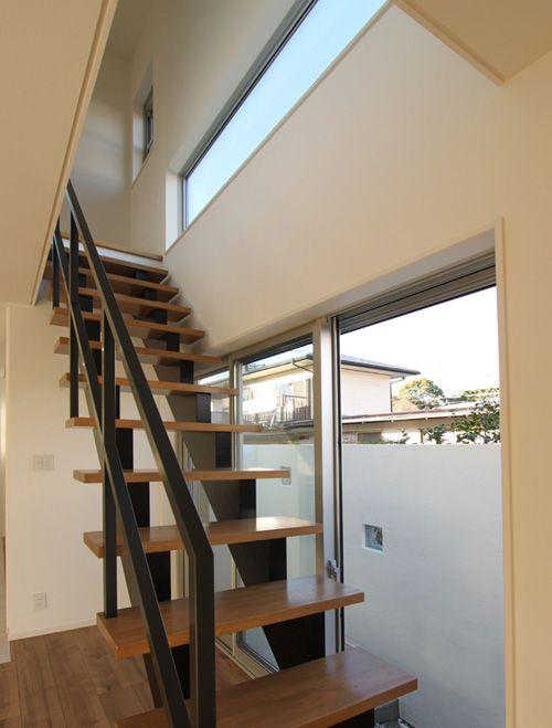 リビングから連続する階段はストリップ方式とし、十分な陽光を採り込む大開口のサッシを配しました。