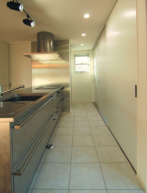 ホワイトカラーとステンレスが美しくマッチするキッチンには大収納の壁面食器庫を配しました。