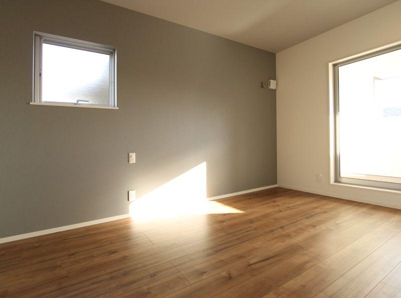 洋室には壁1面にアクセントカラーを配し、明るいながらも変化のある空間としました。