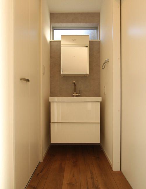 清潔感と高級感が漂うモダンな造りつけ洗面化粧台。