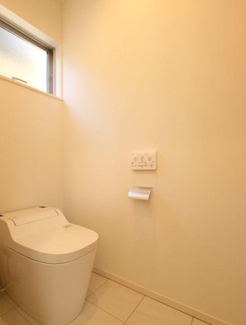 ホワイトを基調としたトイレは清潔で明るい空間としました。