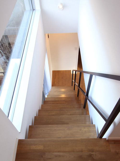 大開口の窓に沿って配したストリップタイプの階段。