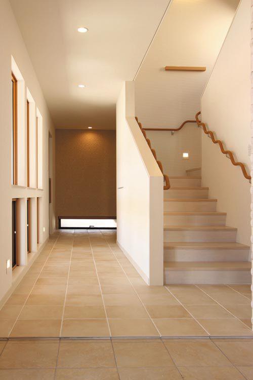 明るく広々としたホール・廊下。床をシックなベージュ系のタイルとし、柔らかい雰囲気を演出しました。