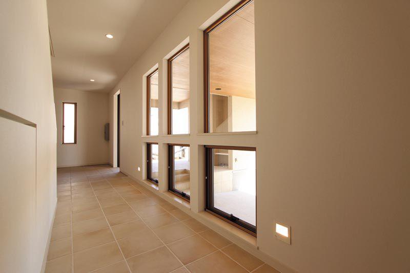 階段下の廊下には隠し戸的な収納スペースを設けました。