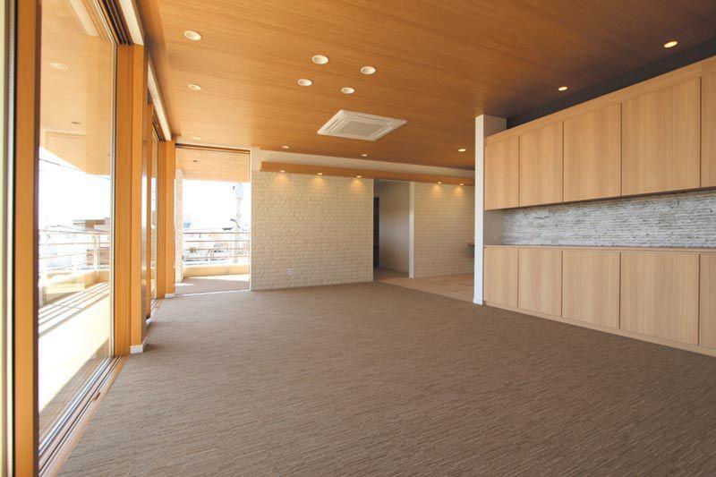 海を望む広々としたリビングの床はカーペット貼りとし、高級感と転倒時の安全に配慮しました。