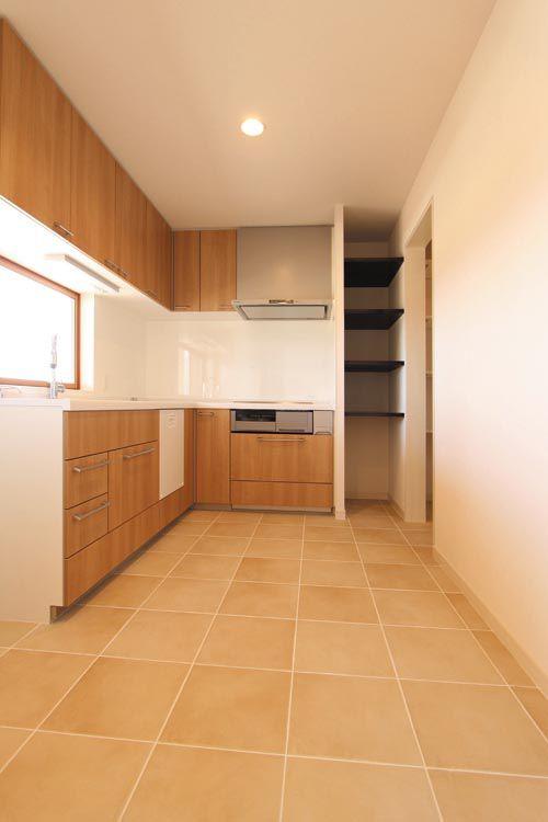 自然光を十分に採り込んだ明るいキッチンには大型のパントリーを配しました。