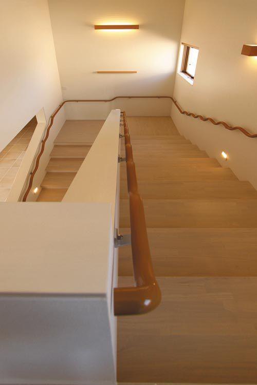 階段は通常より緩やかな勾配とし、昇降どちらでも使い易い特殊な手摺を設置しました。