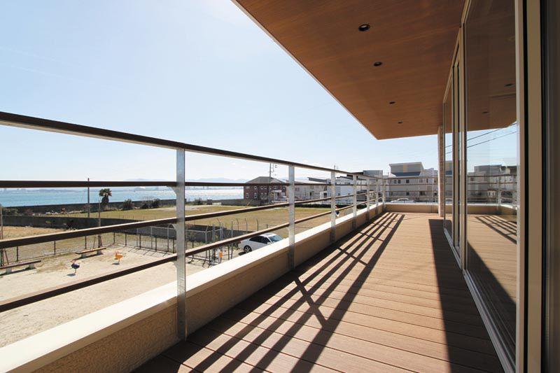 広々としたバルコニーは海への眺望に配慮しました。