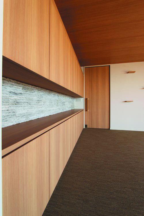 オリジナル家具の奥壁には風合いのある石目調のタイルを施しました。